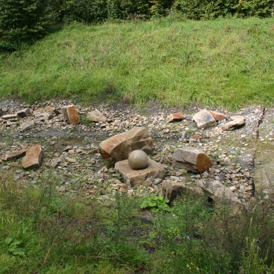 Felsen und Kugel im Bachbett